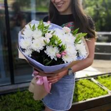 Нежный букет с хризантемами и кустовыми розами
