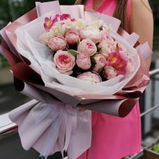 Прекрасный букет из пионов, пионовидных роз и альстромерий