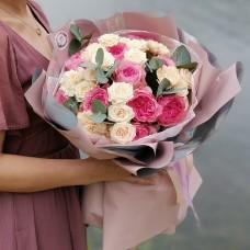 Букет из садовых и кустовых пионовидных роз с ароматными веточками эвкалипта
