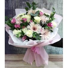 Букет из белоснежных роз, нежных гербер, яркой эустомы с веточками эвкалипта