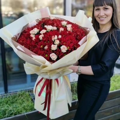 Яркий букет из хризантем и кустовой розы