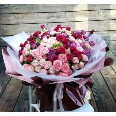 Эффектный букет из кустовых пионовидных роз