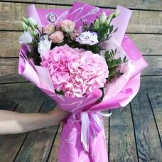 Букет из гортензии, кустовых роз и эустом
