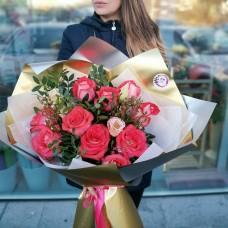 Яркий букет из роз с эустомой