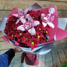 Нарядный букет из красно - бордовой хризантемы и цимбидиума