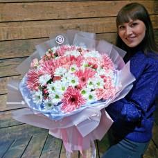 Нежный букет из гербер, хризантем, роз и ягод