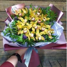 Букет из желтых орхидей и анемонов с зеленью