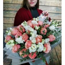 """Букет из роз сорта """"kahala"""" с белоснежной эустомой"""