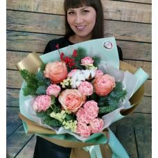 Авторский букет с пионовидными розами, хлопком, ягодами и ветками ароматной датской пихты