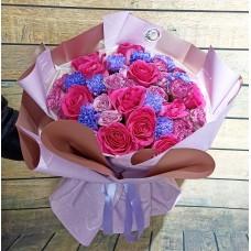 Впечатляющий букет из роз, кустовых пионовидных роз и диантусов