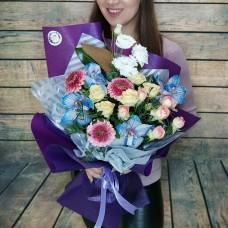 Яркий букет из гербер с нежными нотками орхидеи, пионовидных роз и эустом