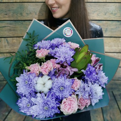Букет из фиолетовых хризантем с пионовидными розами и свежей зеленью