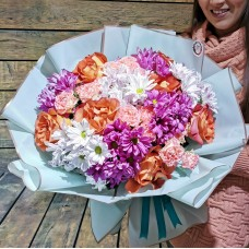 Прекрасный букет из роз и хризантем