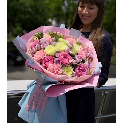 Романтический букет из садовых пионовидных роз, диантусов и кустовых роз