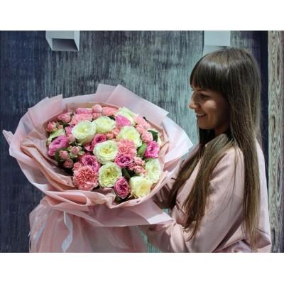 Восхитительный букет из пионовидных роз и диантусов