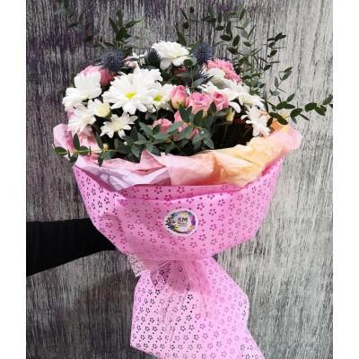 Стильный букет с ромашковыми хризантемами ,кустовыми розами и эвкалиптом