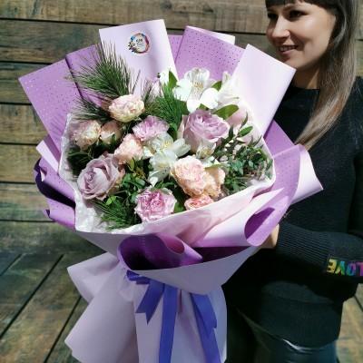 Нежный букет из чайно -гибридных роз, пионовидных кустовых роз, альстромерии и зелени