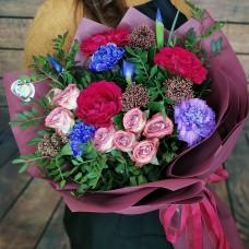 Стильный авторский букет из садовых роз,ирисов и диантусов