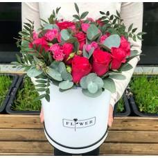 Красивая композиция из роз в шляпной коробке