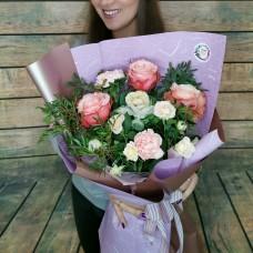 Букет из пионовидных роз, брассики, диантуса и кустовой розы в стильном оформлении