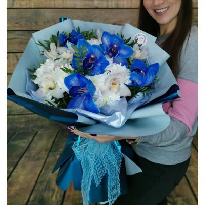 Экзотический бело-синий букет из орхидей и хризантемы