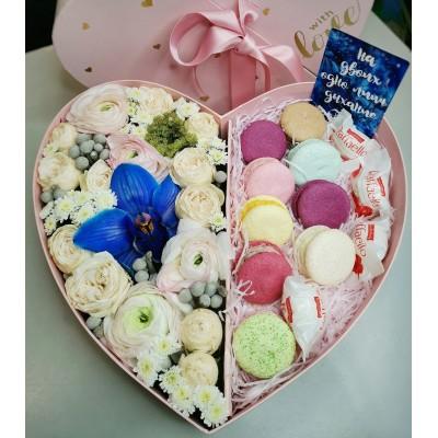 Цветочное сердце в коробке со сладостями