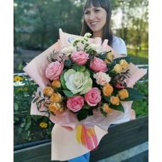Яркий букет из пионовидных роз, брассики и диантуса