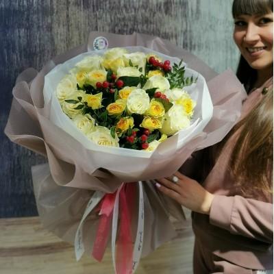 Изящный букет из белых роз, желтых кустовых пионовидных роз и гиперикума