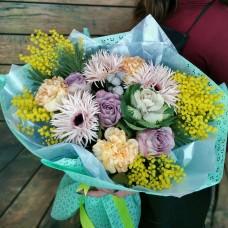 Весенний букет из герберы, мимозы, розы и диантуса