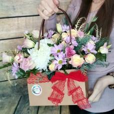 Оригинальная цветочная сумка из хризантем и роз