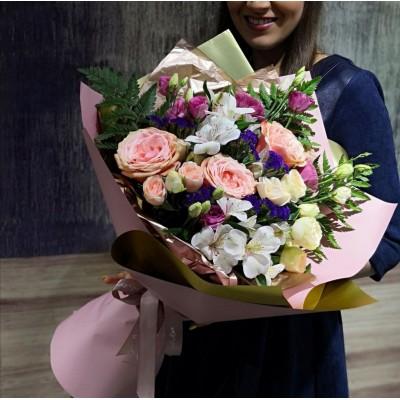 Элегантный сборный букет из пионовидных роз, эустомы, альстромерий и статицы
