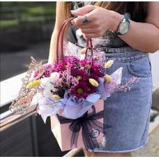 Стильная цветочная сумка из хризантем и сухоцветов